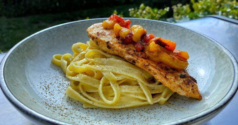Krämig pasta med kyckling och paprikasalsa